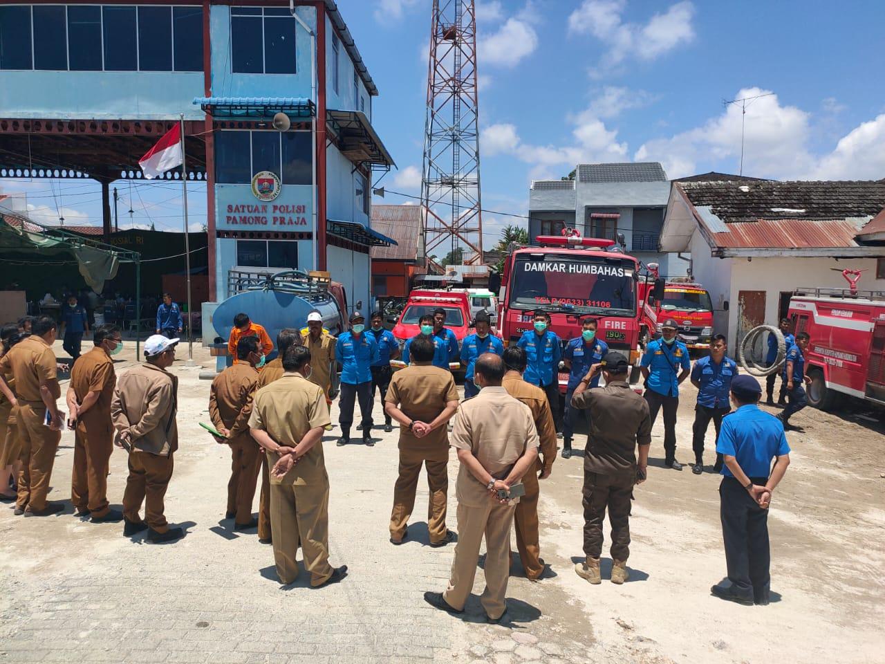 Persiapan Pemberangkatan Pasukan Damkar BPBD, dan Dinas Lingkungan Hidup Melakukan Penyemprotan Disinfektan di Beberapa Kecamatan di Humbang Hasundutan