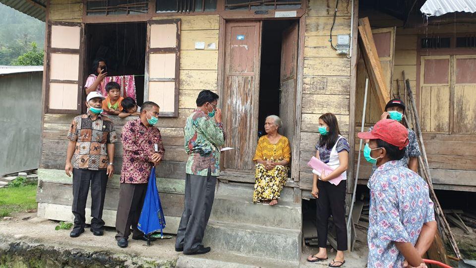 Bupati Humbahas bersama Forkopimda Serahkan BLT kepada Masyarakat Terdampak Covid-19 di Kecamatan Baktiraja