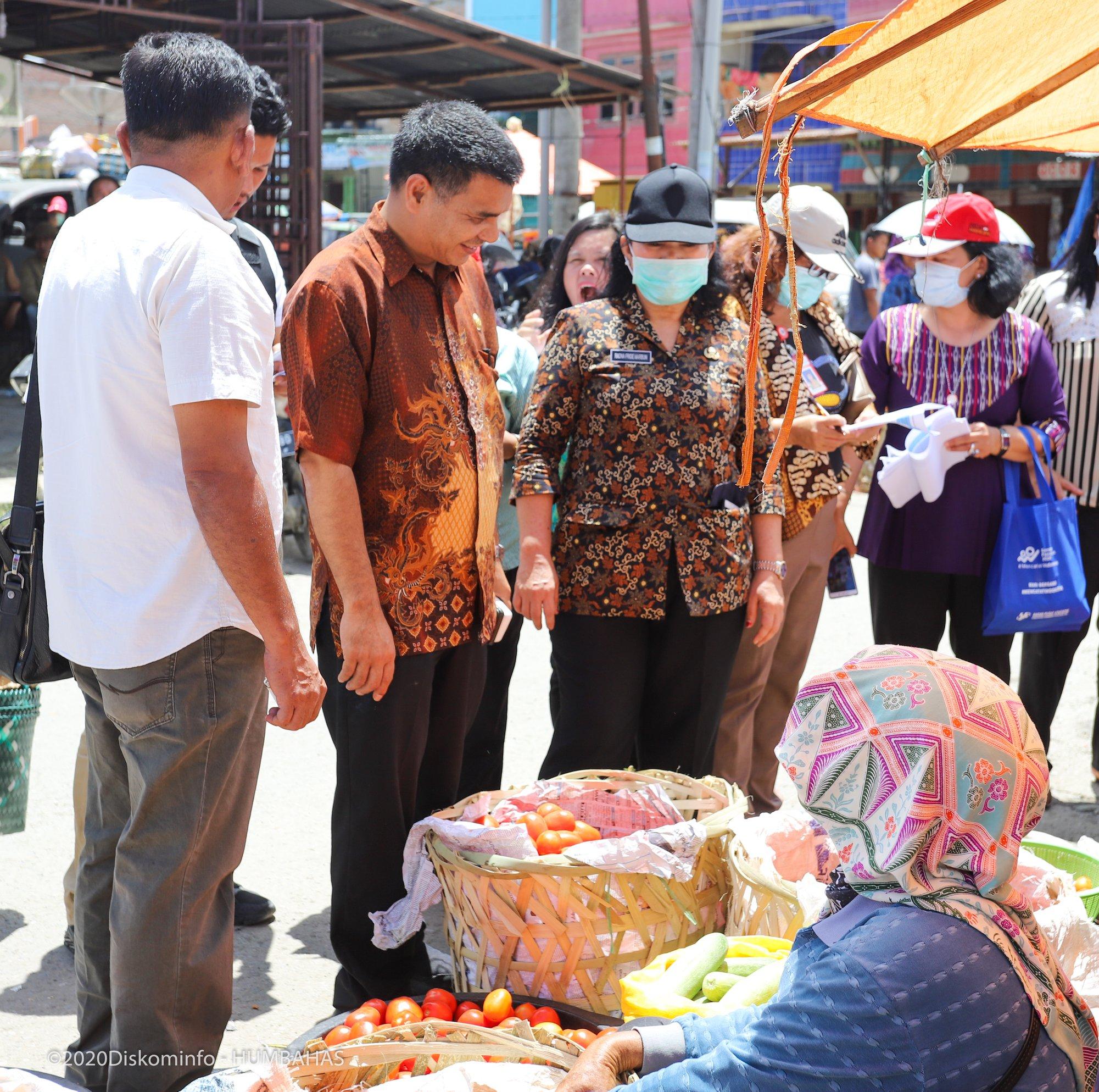 Penyemprotan Desinfektan dan Pemantauan Ketersediaan Bahan Pangan di Pasar Tradisional Doloksanggul