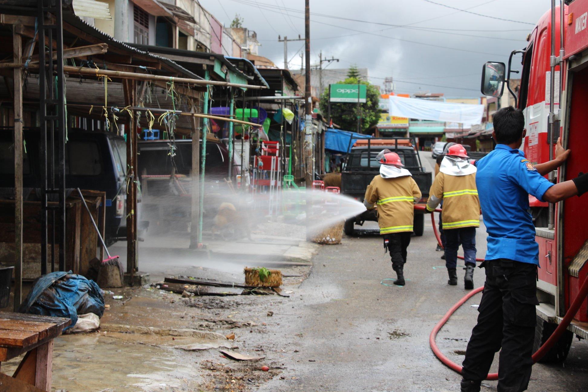 Bupati Humbang Hasundutan Dosmar Banjarnahor, SE pimpin penyemprotan disinfektan sekitar Pasar Doloksanggul
