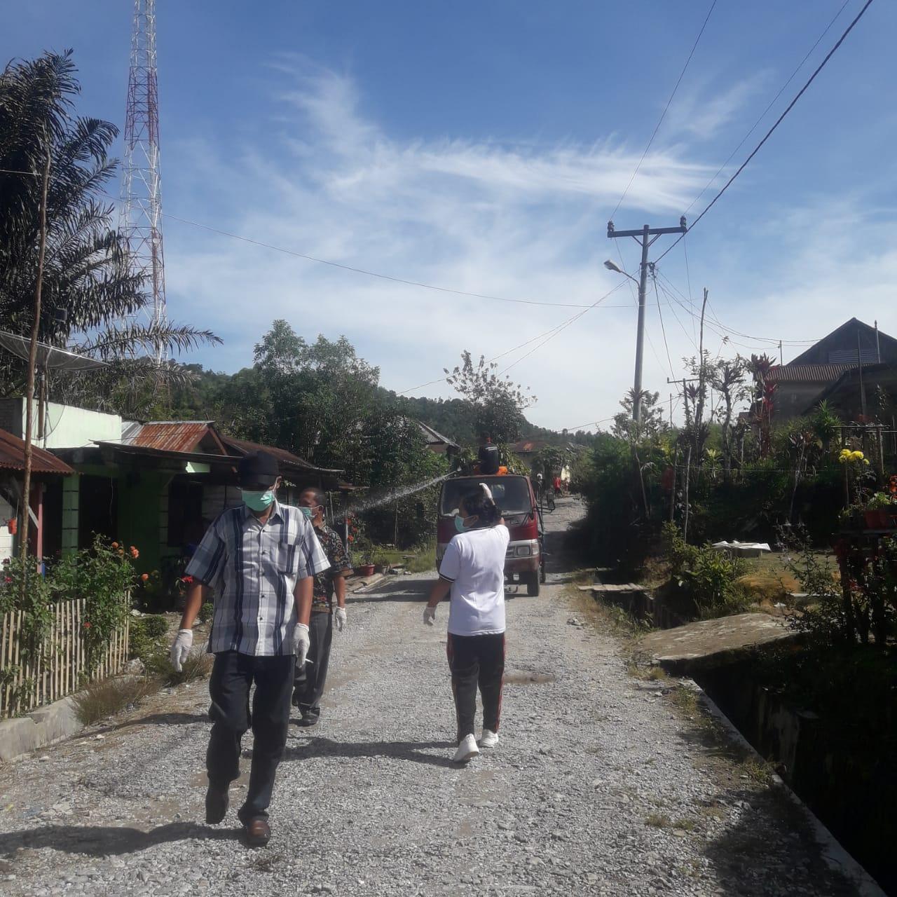 Penyemprotan Disinfektan di Kecamatan Sijamapolang