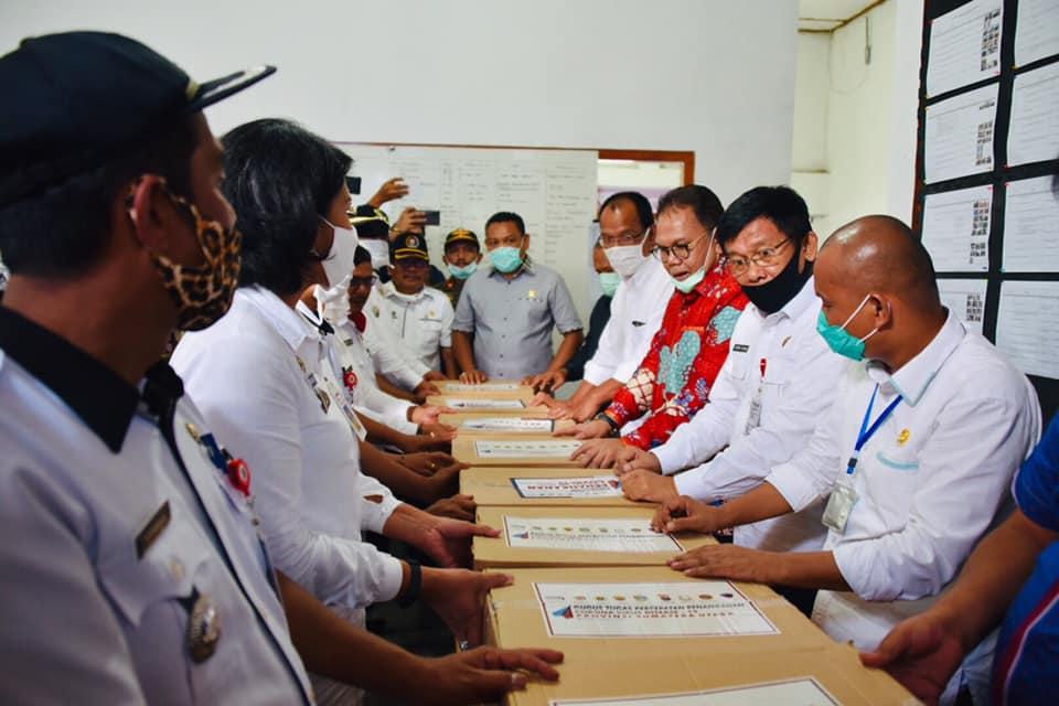 Gubernur Sumatera Utara Serahkan Bantuan Sosial Sembako kepada Pemkab Humbahas di Posko Gugus Tugas