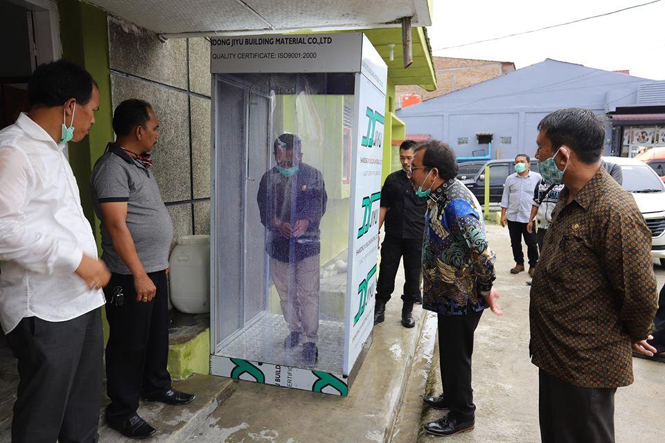 Bupati Humbang Hasundutan, Anggota DPRD, Sekda dan Pimpinan OPD mencoba DISINFECTION TUNNEL Bilik Sterilisasi Virus Corona