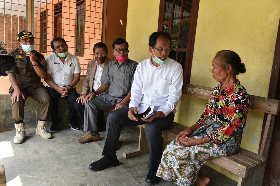 Bupati Humbahas bersama Forkopimda Menyerahkan BLT kepada Masyarakat Terdampak Covid-19 di 9 Desa Kecamatan Tarabintang