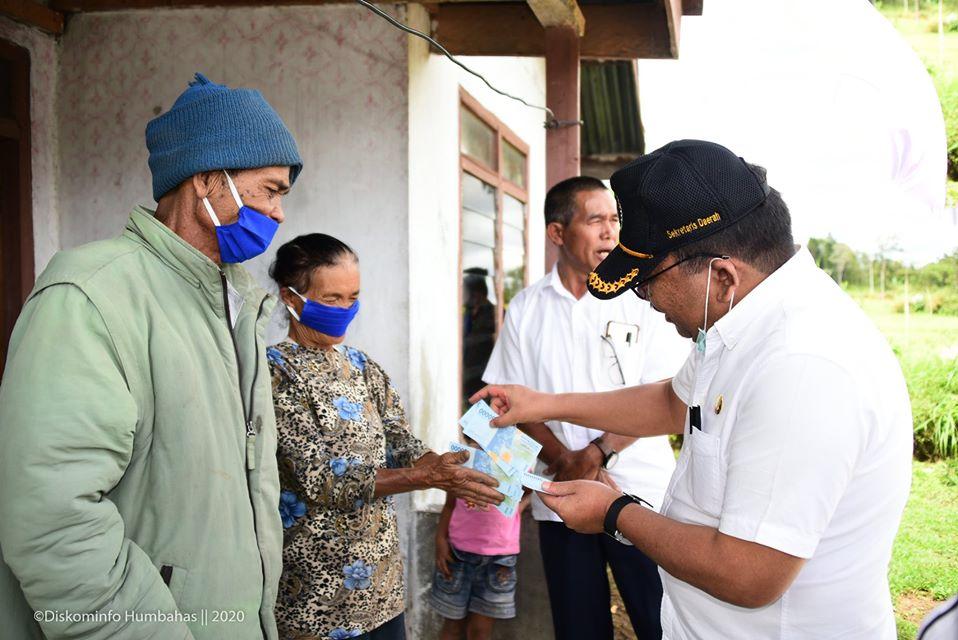 Pemkab Humbahas Menyerahkan BLT di Kecamatan Lintongnihuta