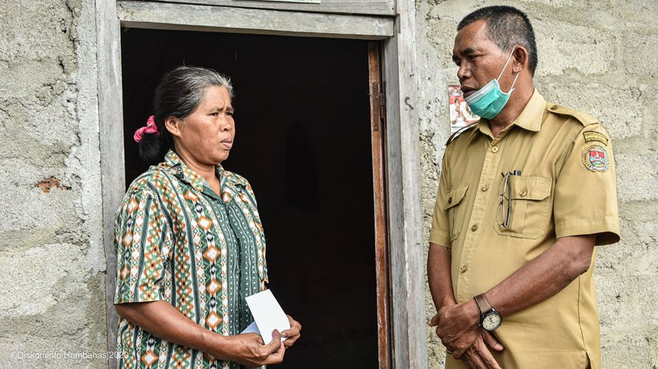 BUPATI HUMBANG HASUNDUTAN BERSAMA FORKOPIMDA MENYERAHKAN BLT DI KECAMATAN LINTONGNIHUTA