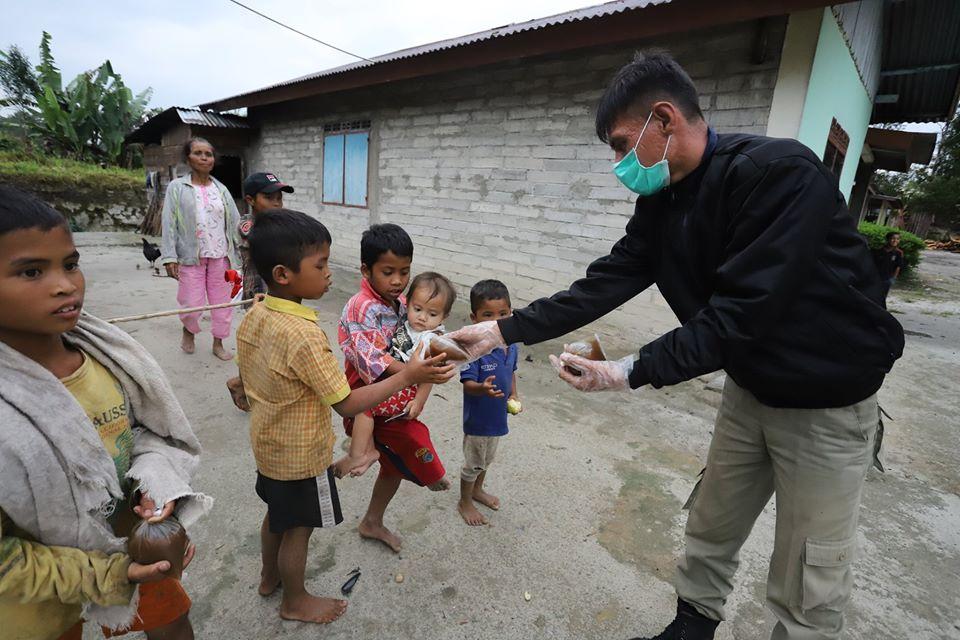 Pemerintah Kabupaten Humbang Hasundutan membagikan Wedang jahe kepada masyarakat di Desa Simangaronsang