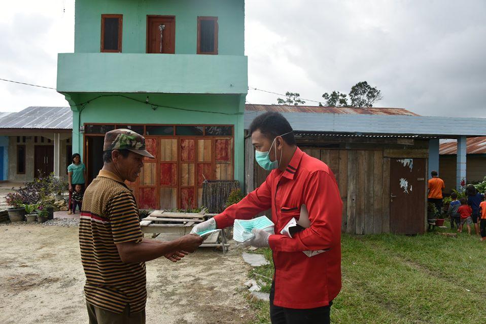 Bupati Humbang Hasundutan bagikan Masker pada Masyarakat Desa Sipitu Huta, Desa Pandumaan dan Desa Aeknauli II