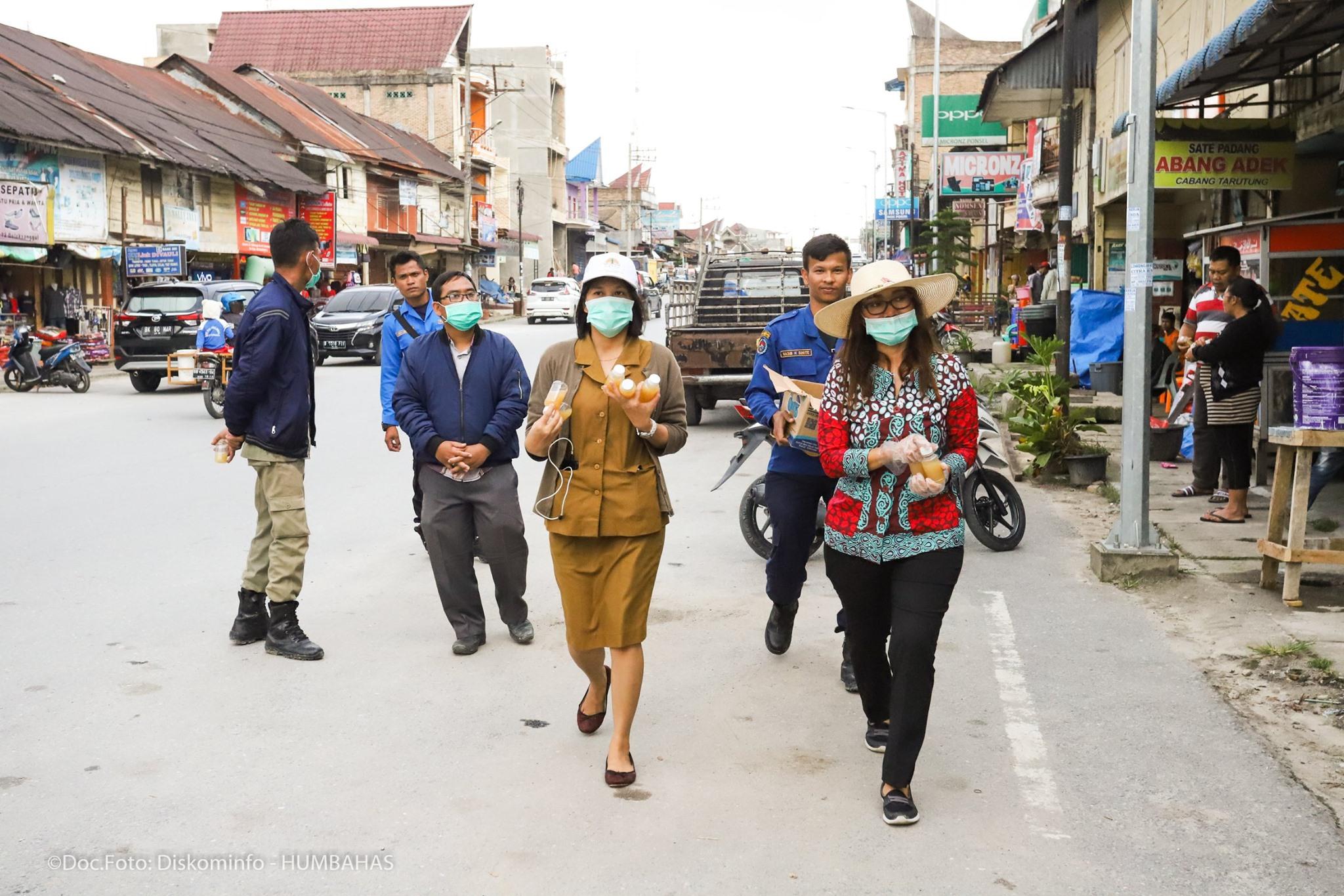 Ketua TP PKK Humbahas membagikan Hand Sanitizer di Simpang 4 Besar Doloksanggul