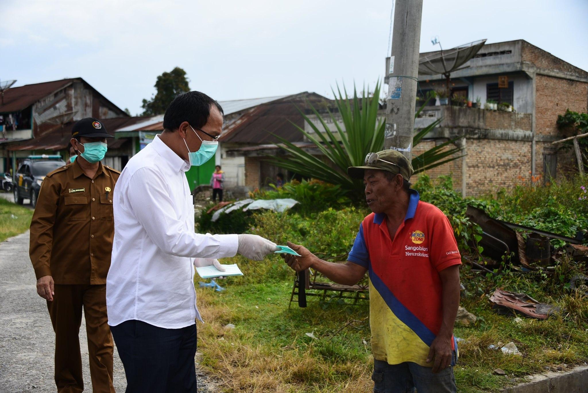 Bupati Humbang Hasundutan bagikan Masker pada Masyarakat Lintongnihuta dan Paranginan
