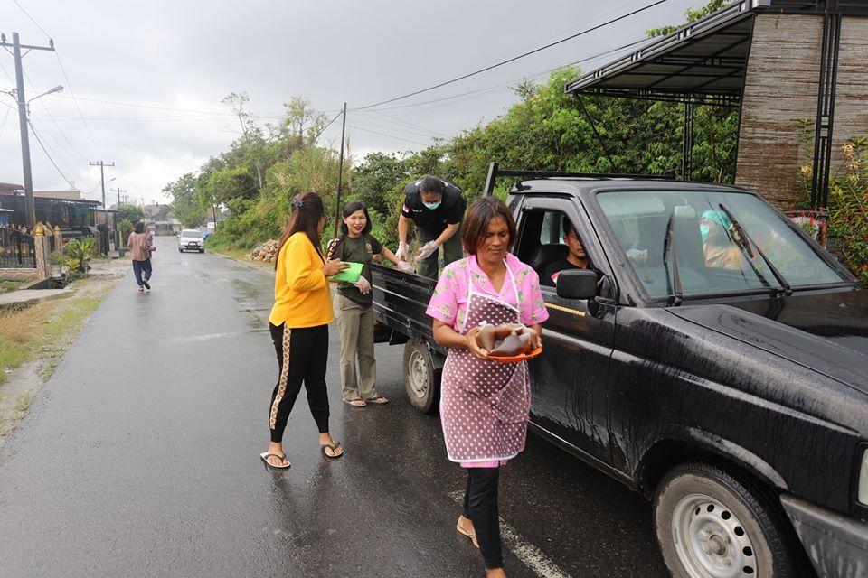 Pemerintah Kabupaten Humbang Hasundutan kembali membagikan wedang jahe kepada masyarakat sekitaran Jl.Tahi Raja, desa Purba Dolok