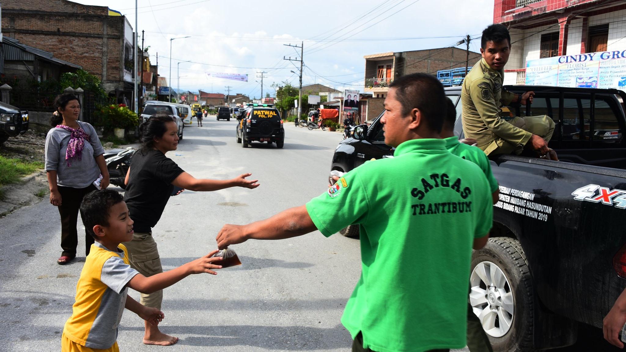 Pembagian Wedang Jahe oleh Pemerintah Kabupaten Humbang